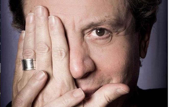 Eduardo Martini com a mão no rosto