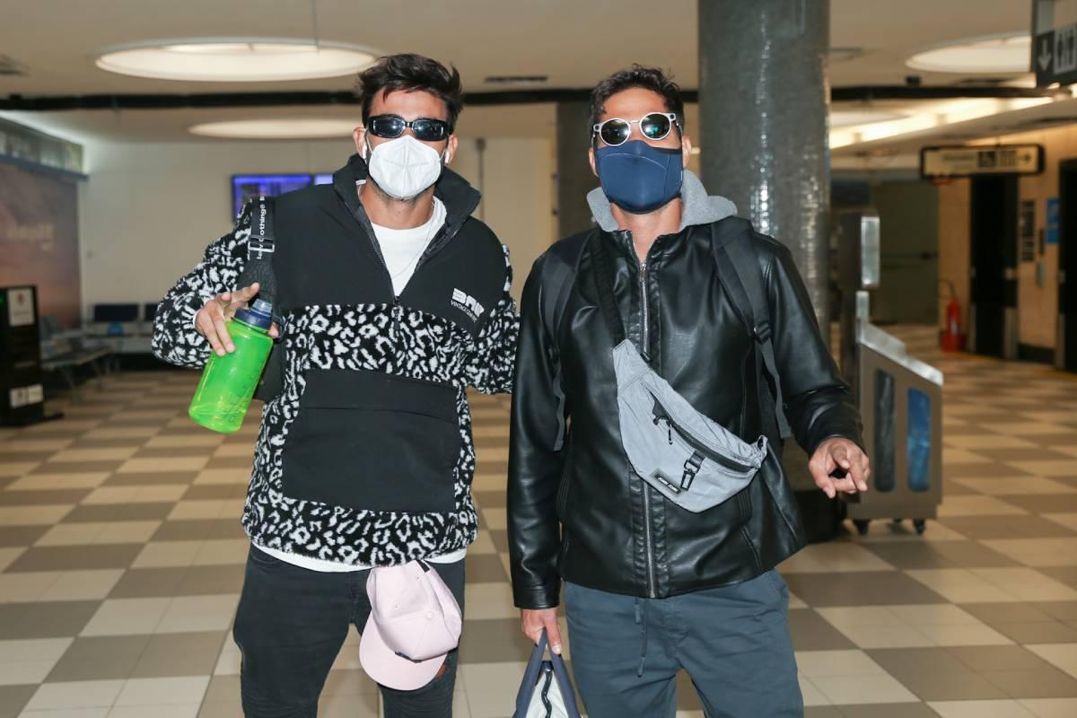 Gui Napolitano e André Martinelli em aeroporto de Congonhas