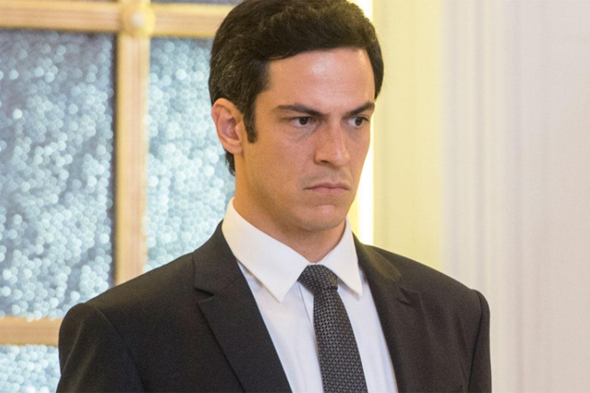Eric usa terno e gravata