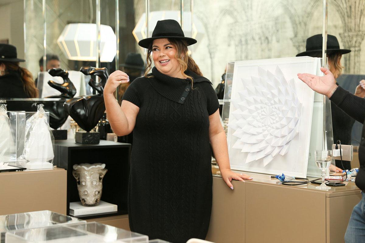 Fabiana Karla de vestido preto e chapéu