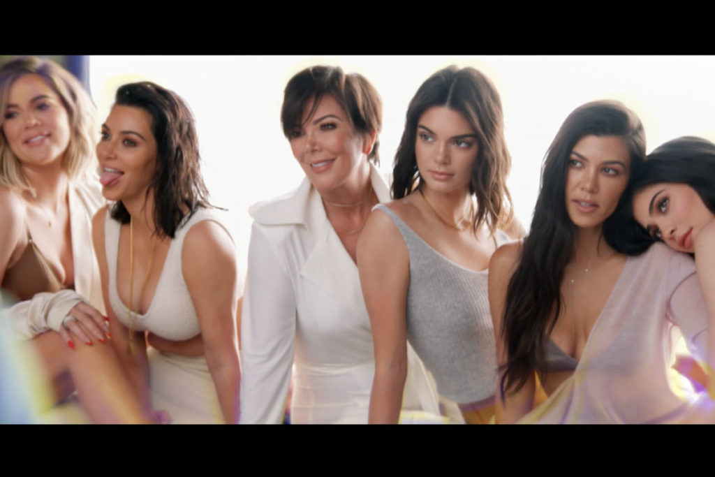 Família Kardashian-Jenner reunida lado a lado
