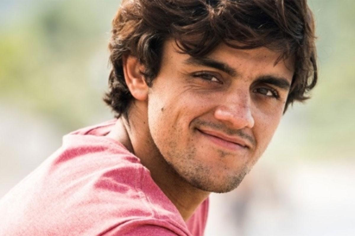 Felipe Simas usa blusa vermelha