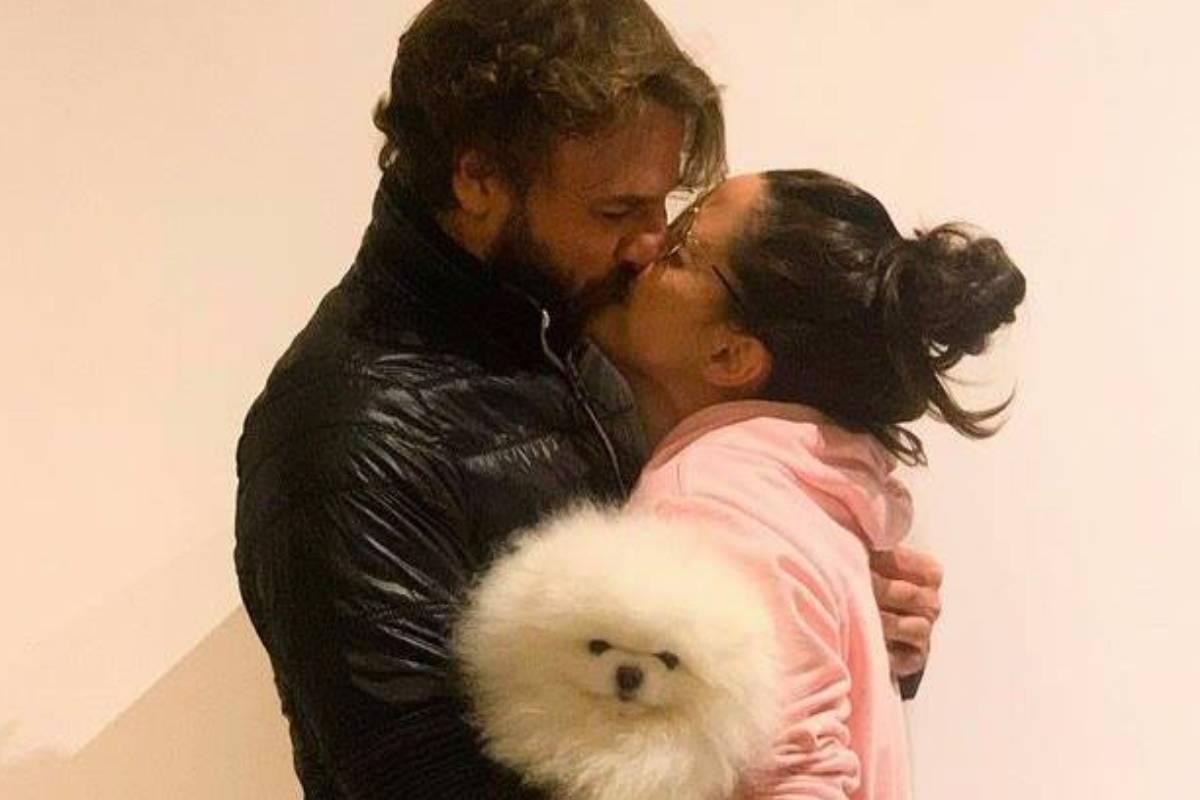 fernanda vasconcellos beijando namorado enquanto seguram cachorrinho branco
