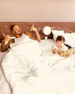 Fernando Medeiros e Lucca na cama