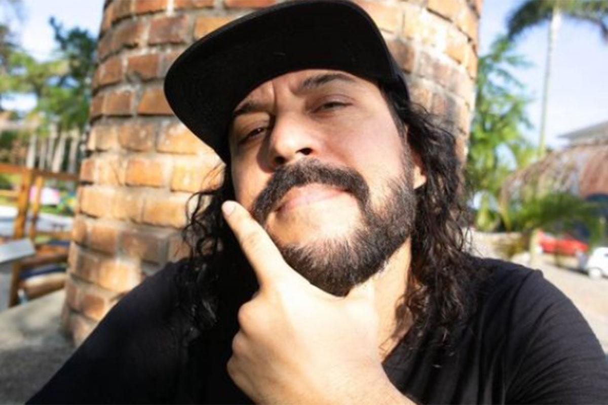 Gabriel O Pensador usa camiseta preta