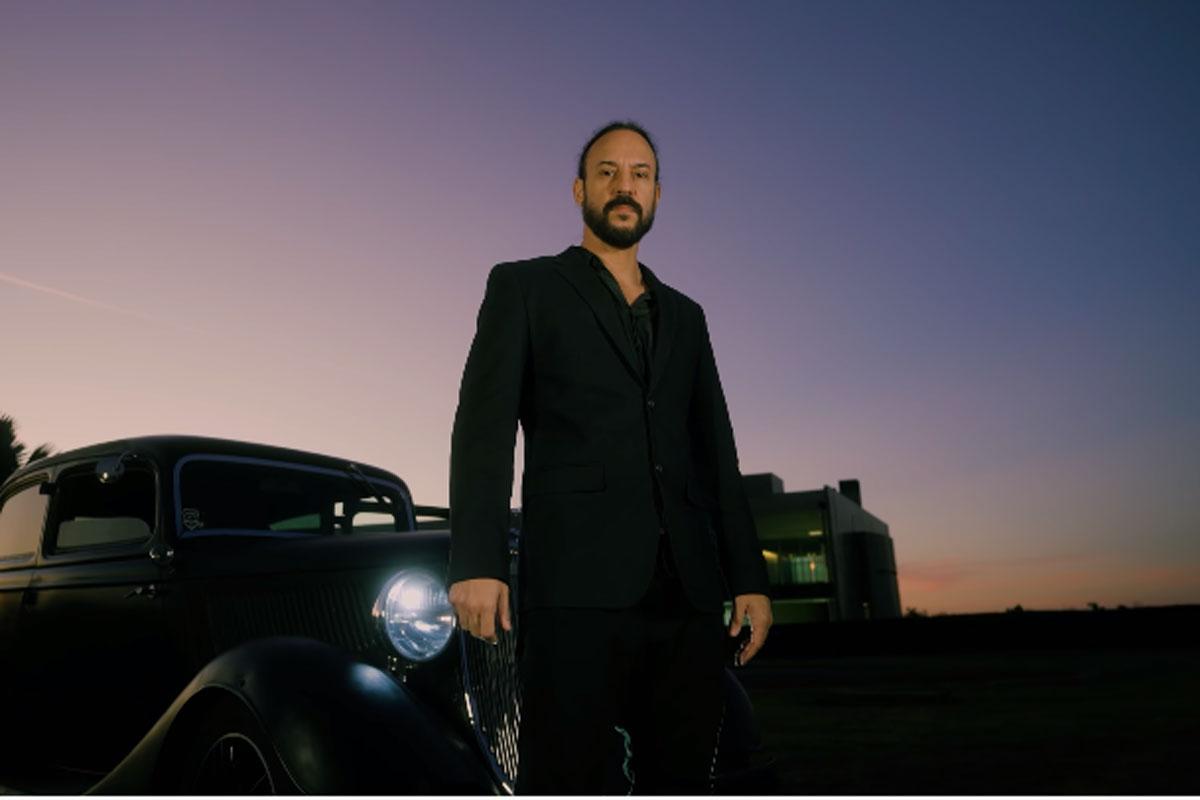 Gabriel O Pensador em videoclipe do single Patriota Comunista