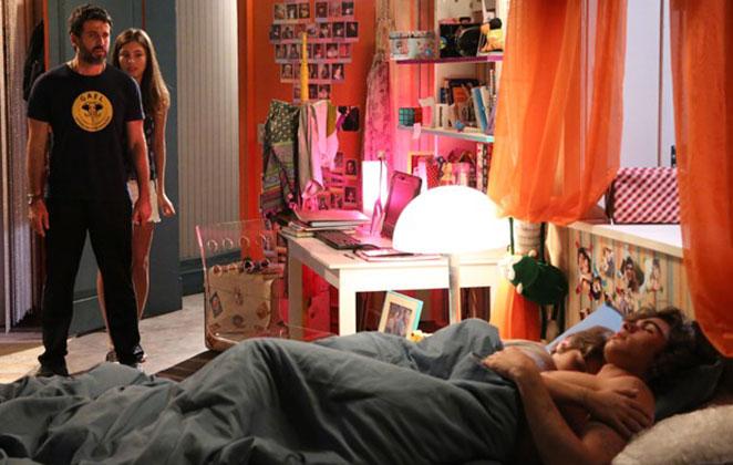 Gael flagra Karina e Pedro juntos na cama