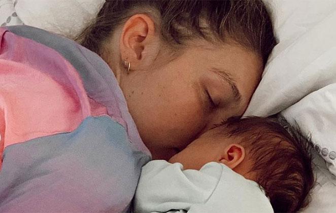 Gigi Hadid dormindo com a filha