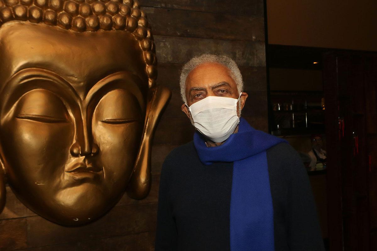 Gilberto Gil de máscara e cachecol azul