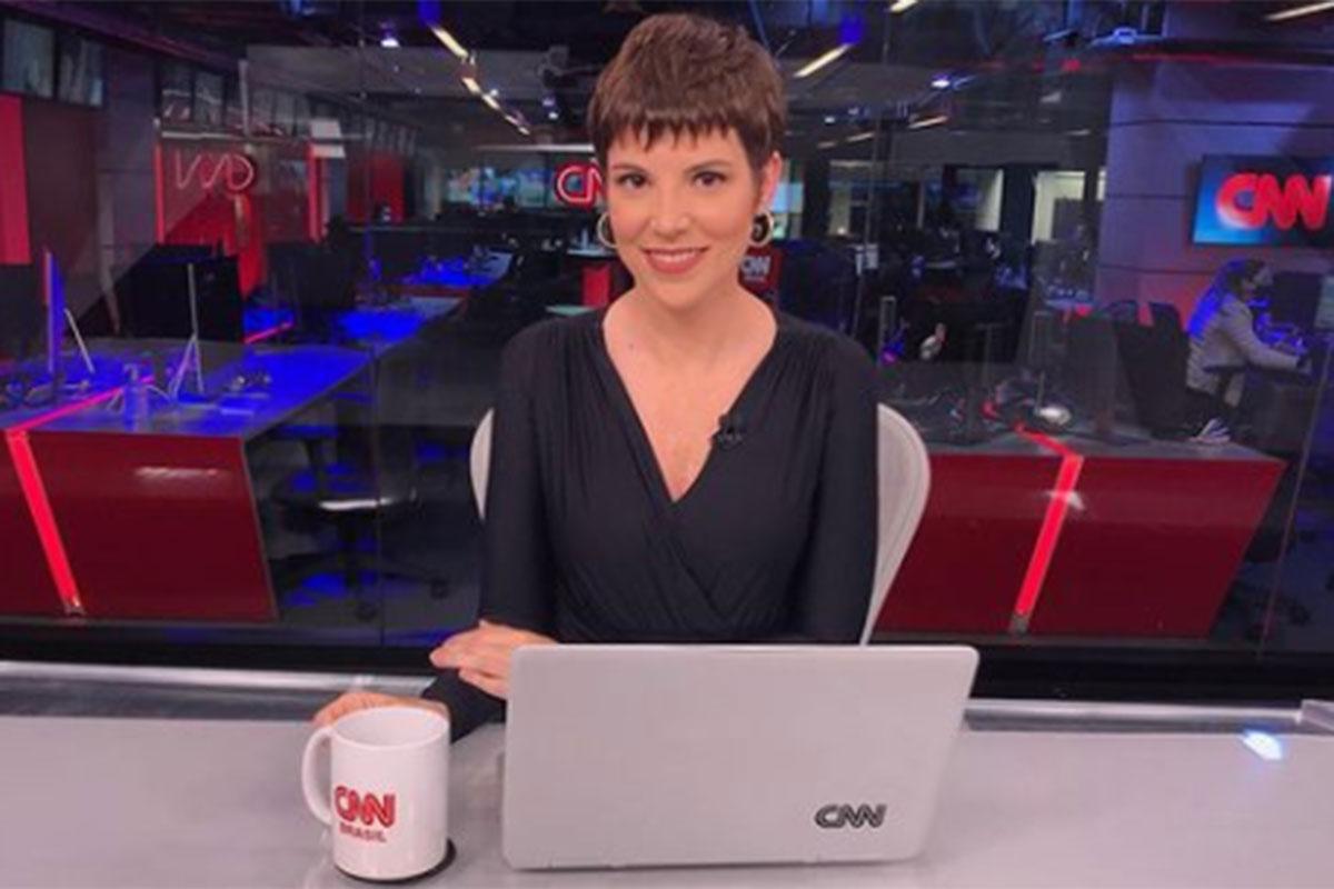 Gloria Vanique na bancada da CNN Brasil