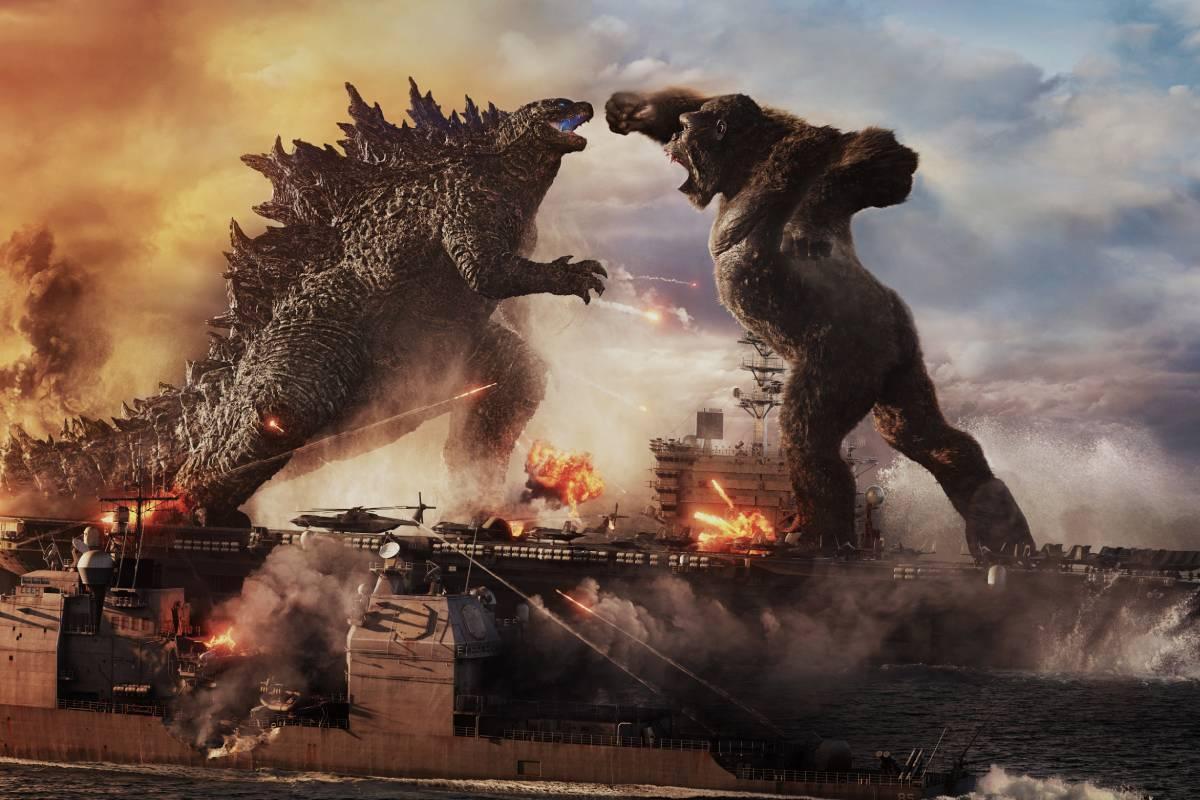 godzilla lutando contra king kong em cenário pós apocalíptico e no mar perto de navios