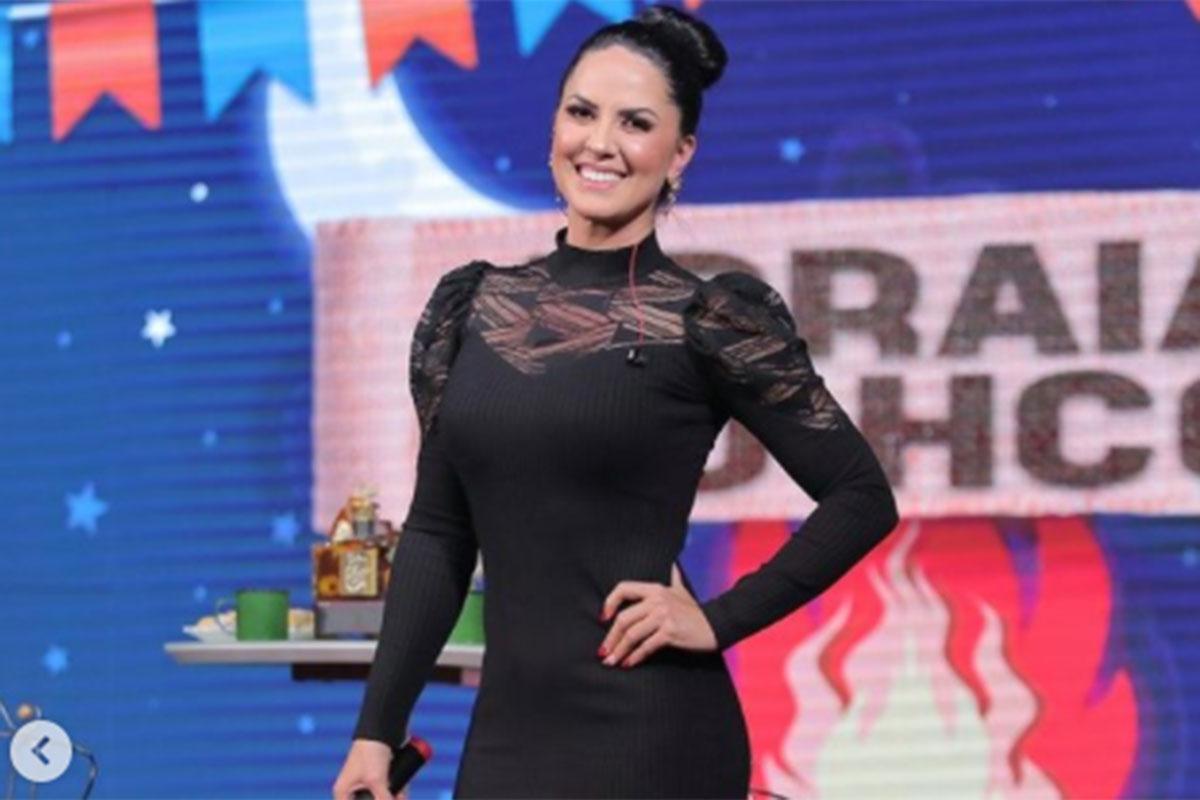 Graciele Lacerda usou vestido preto elegante em apresentação de live