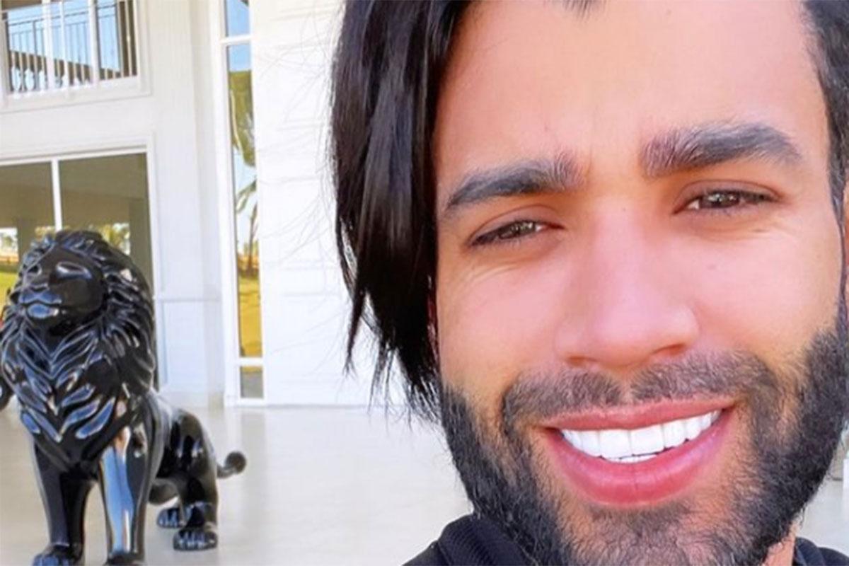 Gusttavo Lima sorridente, com cabelo comprido