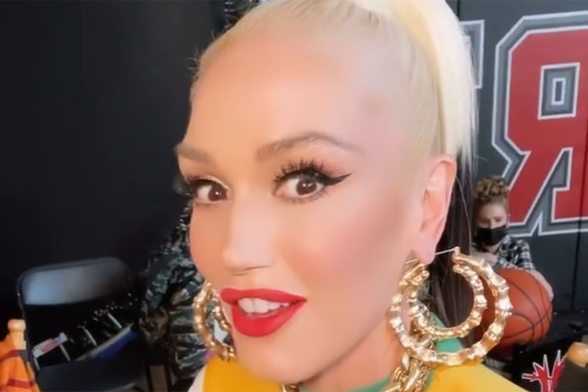 Gwen Stefani de cabelos presos e maquiada
