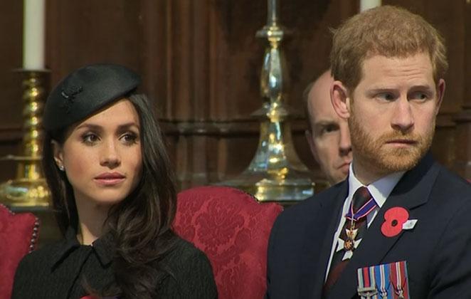 Harry e Meghan Markle em evento, com roupa social