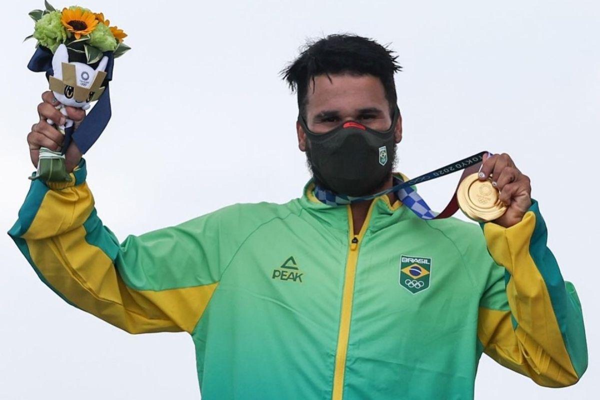 Ítalo Ferreira comemora, no pódio, o ouro olímpico