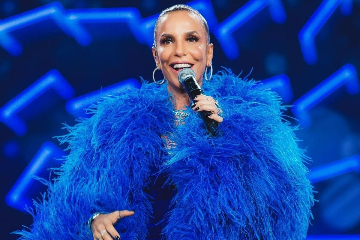 Ivete Sangalo com vestido azul apresentando um programa