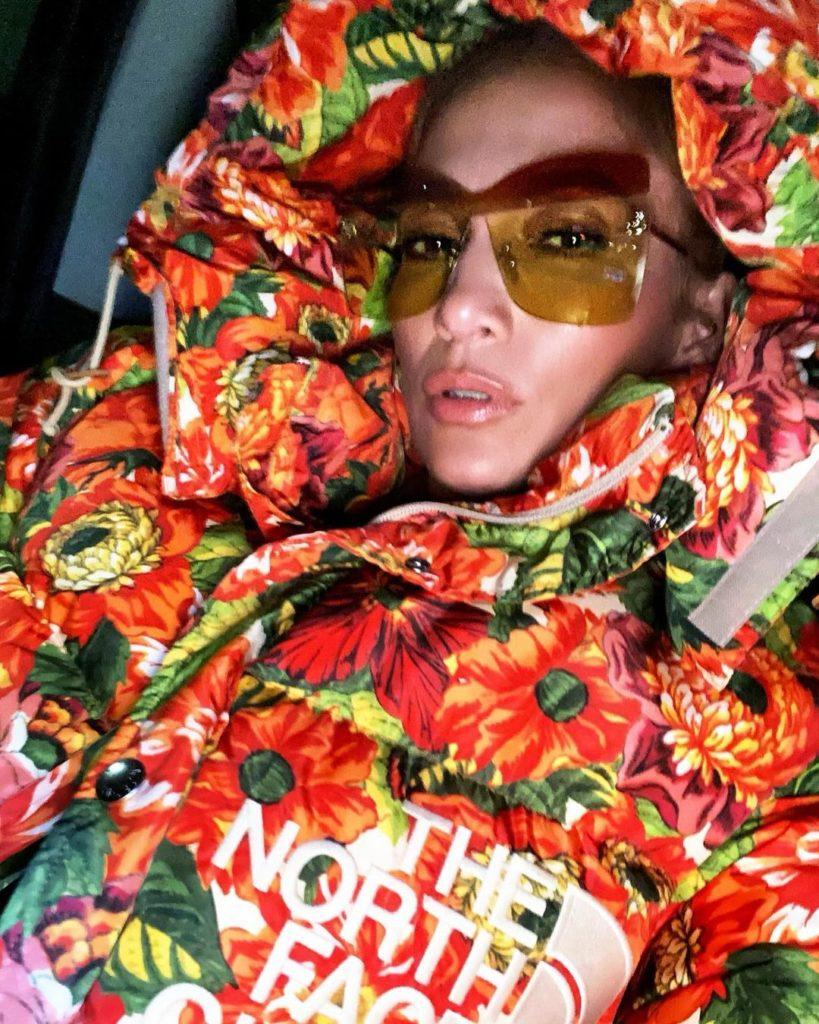 Jennifer Lopez com casaco colorido e óculos