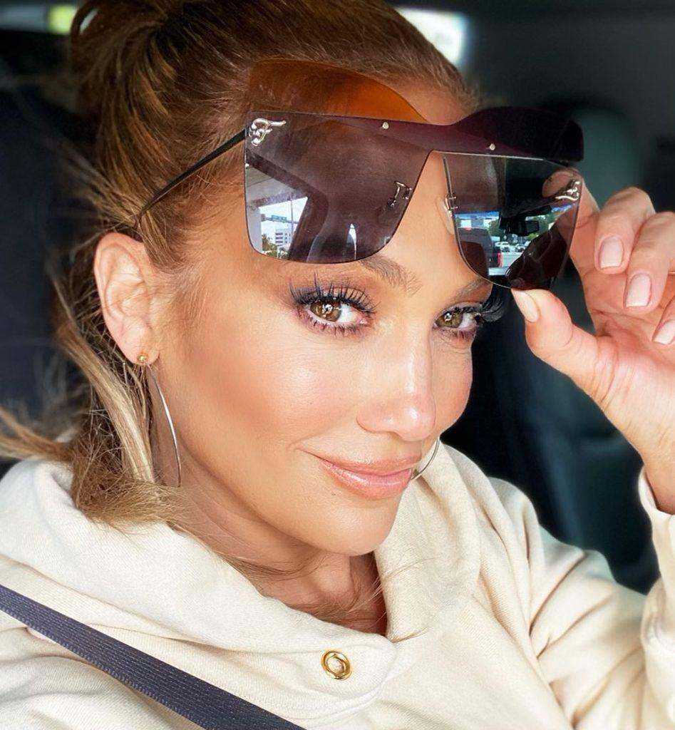 Jennifer Lopez com óculos escuros