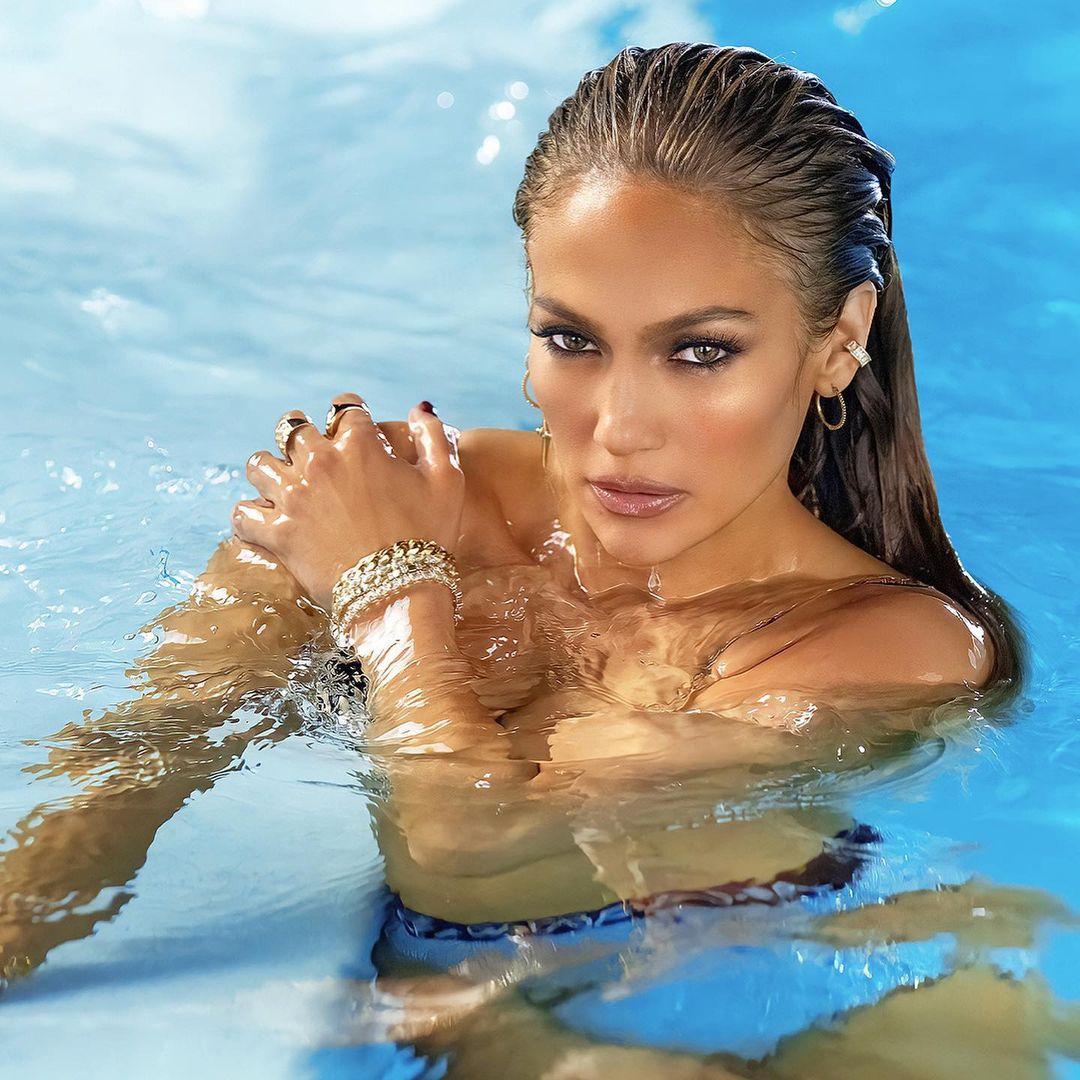 Jennifer Lopez linda, dentro d'água