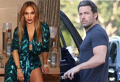 Jennifer Lopez sentada, de vestido estampado e Ben Affleck de camiseta, abrindo porta de carro