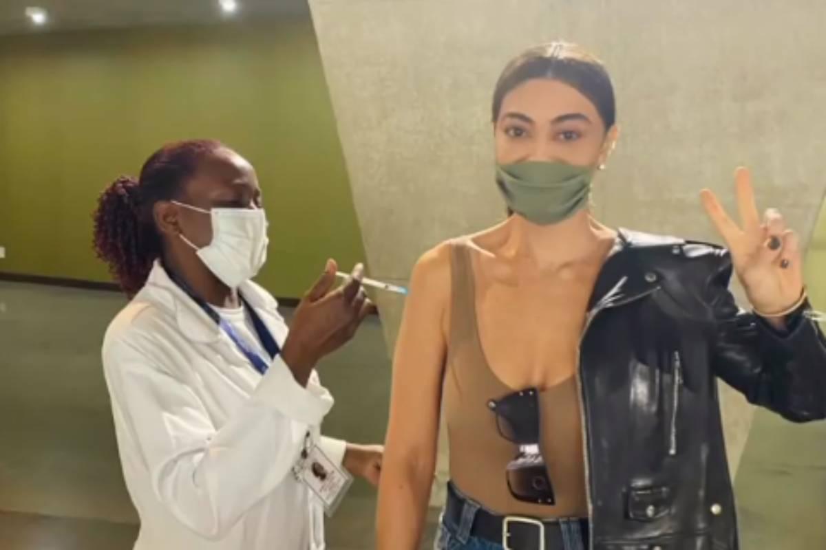 juliana-paes-sendo-vacinada-contra-covid-19