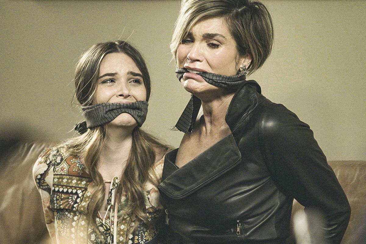 Juliana Paiva e Flávia Alessandra em cena de Salve-se Quem Puder