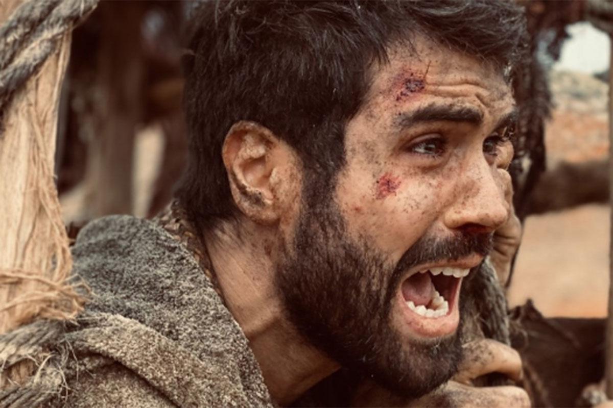 Juliano Laham com barba em cena de Gênesis