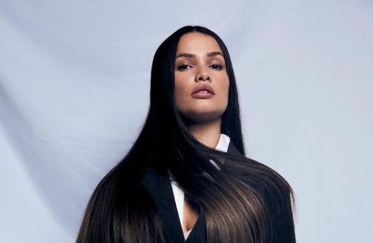 juliette com blazer preto em foto de fundo branco