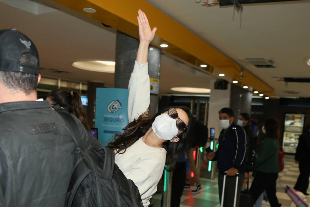 juliette-freire-no-aeroporto-em-sao-paulo-dando-tchau