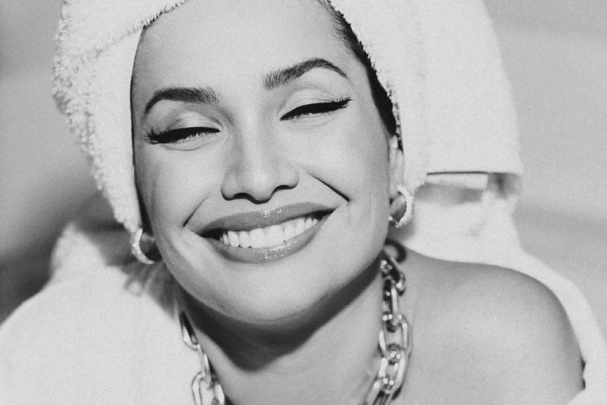 juliette freire sorrindo com toalha na cabeça em foto preta e branca