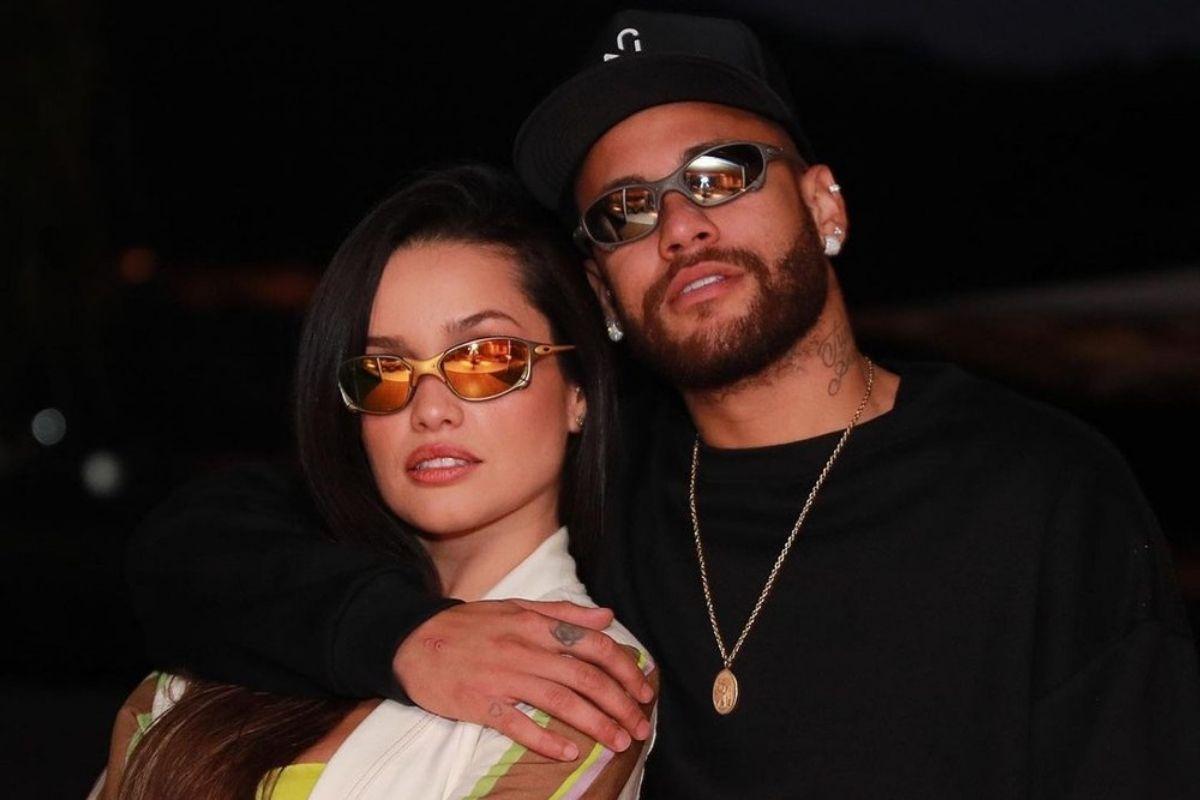 Juliette e Neymar usando óculos Juliet