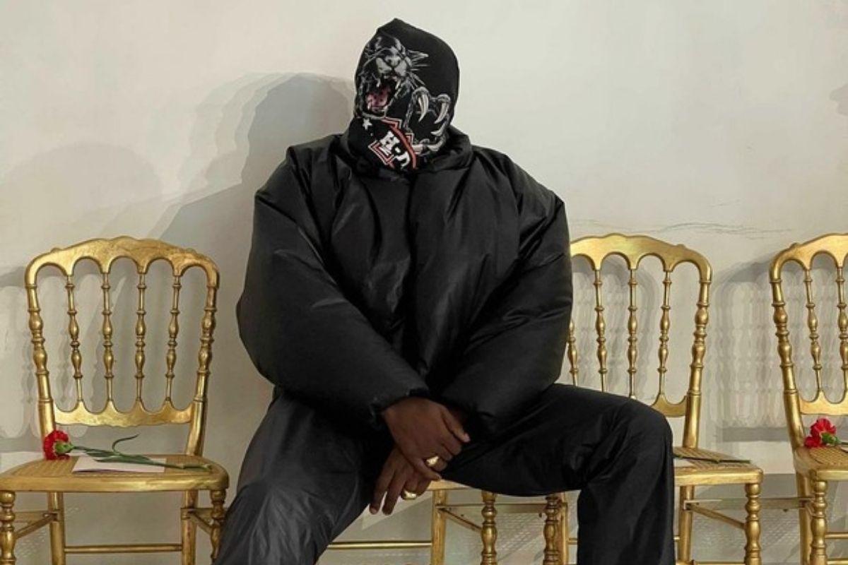 Kanye West usa máscara de pantera no desfile de Balenciaga