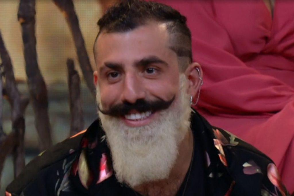 kaysar barba branca e bigode preto