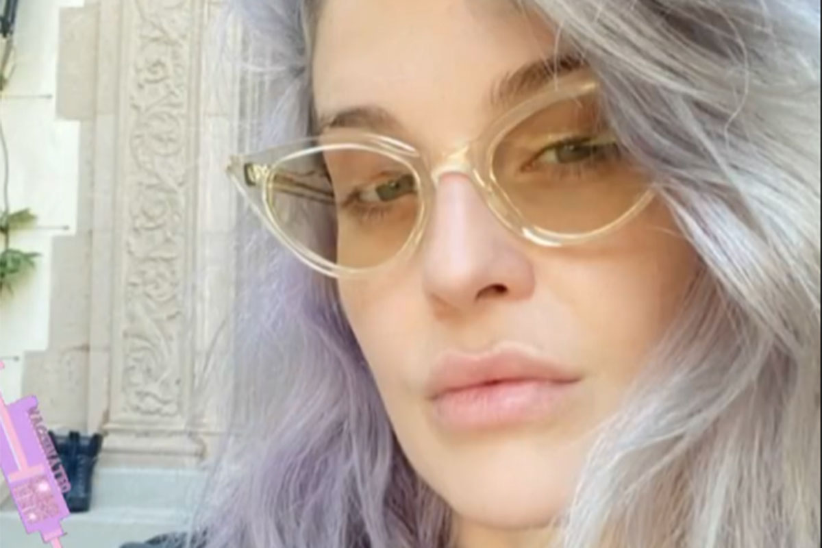 Kelly Osbourn de óculos e olhar sério
