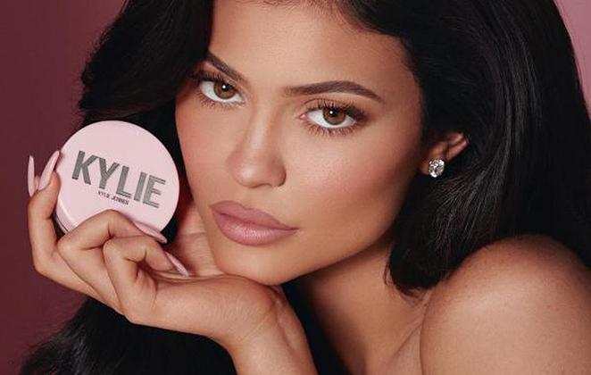 Kylie Jenner mostrando produto de sua marca