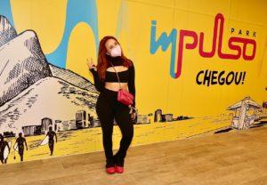 Larissa Manoela posando e parque de diversões