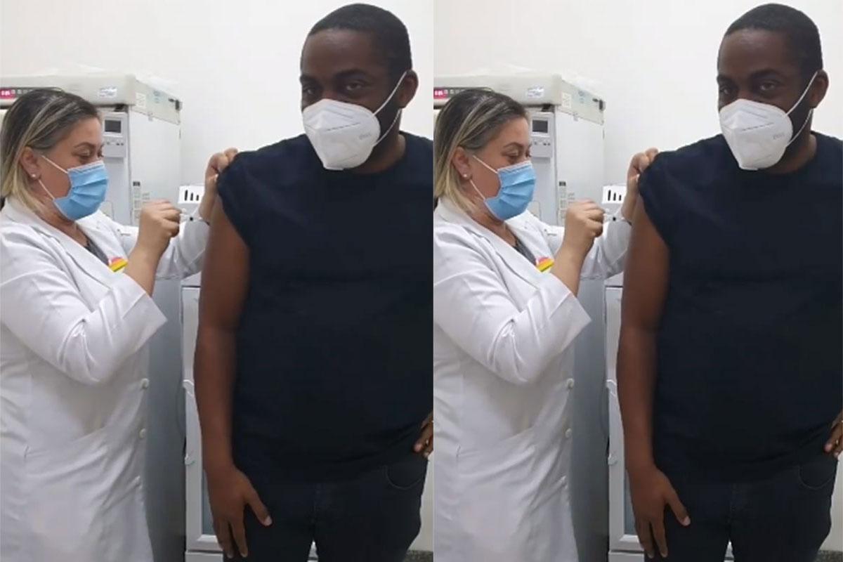 Lázaro Ramos recebe a vacina contra o coronavírus