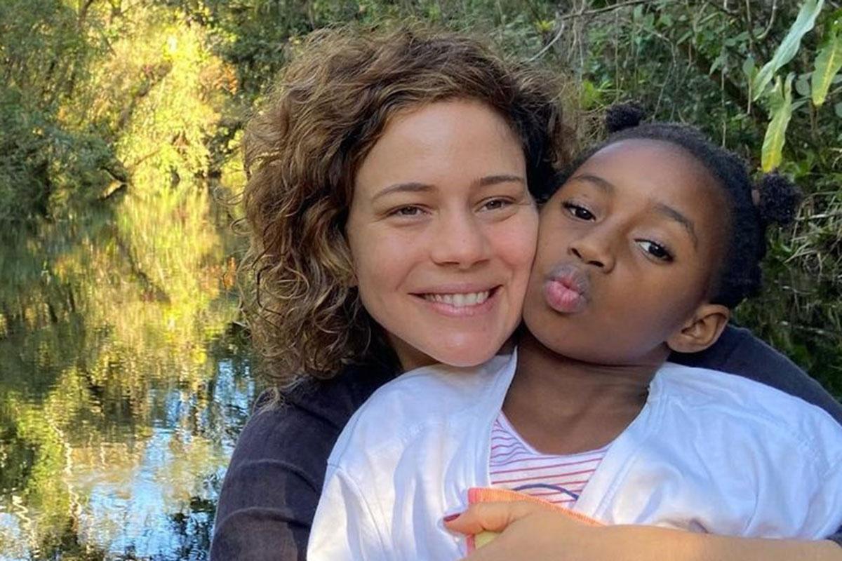 Leandra Leal ao lado da filha Julia