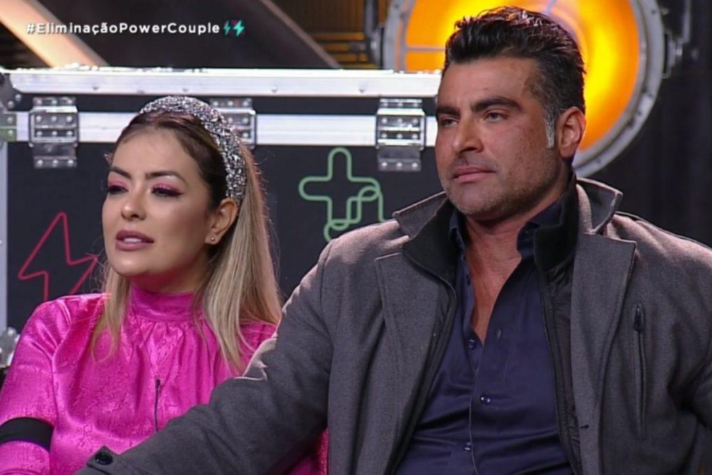 Li Martins e JP sentados Power Couple