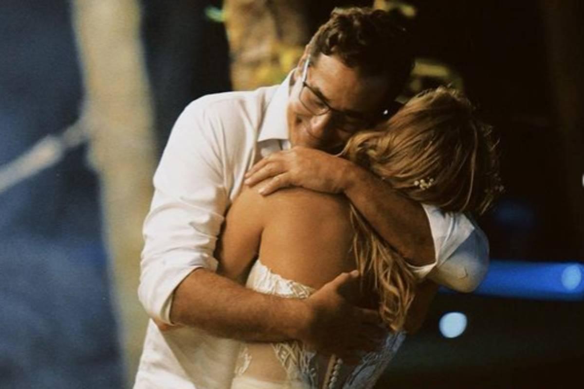 sasha abraçando o pai luciano szafir em seu casamento