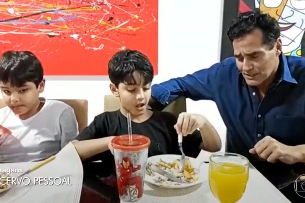 Luciano Szafir e seus filhos Mikael e Davi, de 7 e 6 anos, frutos de seu casamento com Luhhana Szafir. Reprodução TV