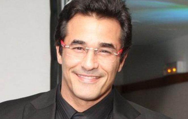 Luciano Szafir sorridente, usando camisa e terno preto