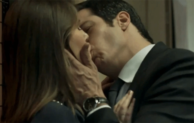 Luiza e Eric trocam beijão no corredor do Carioca Palace