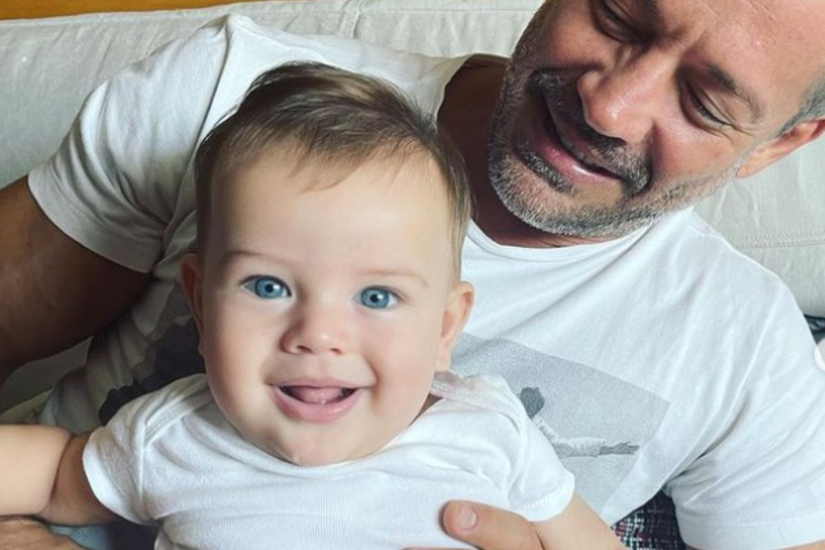 Malvino Salvador e o filho rayan sorrindo