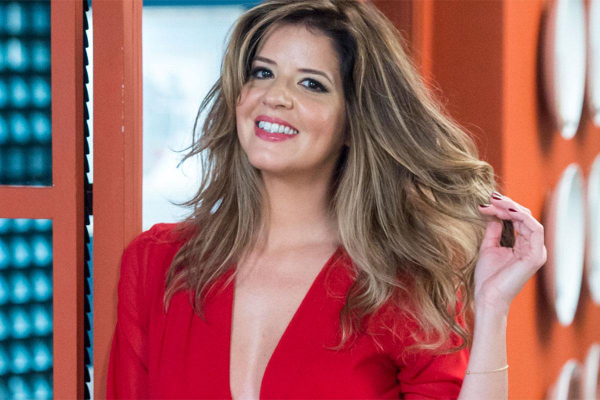 Maria Pia usa camisa social vermelha