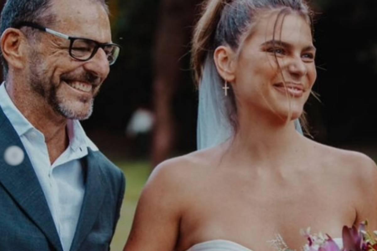 mariana goldfarb sorrindo ao lado do pai vestida de noiva
