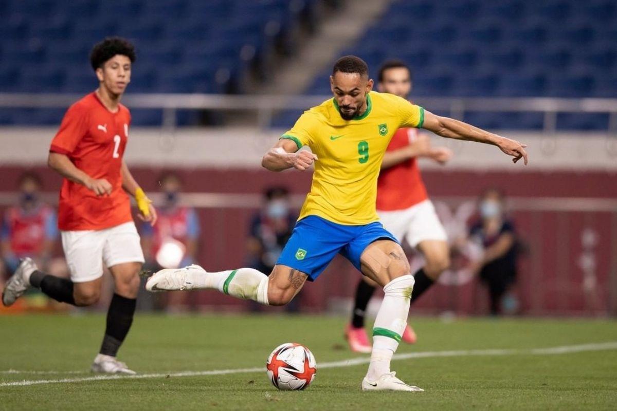 Mateus Cunha chutando para o gol durante o jogo