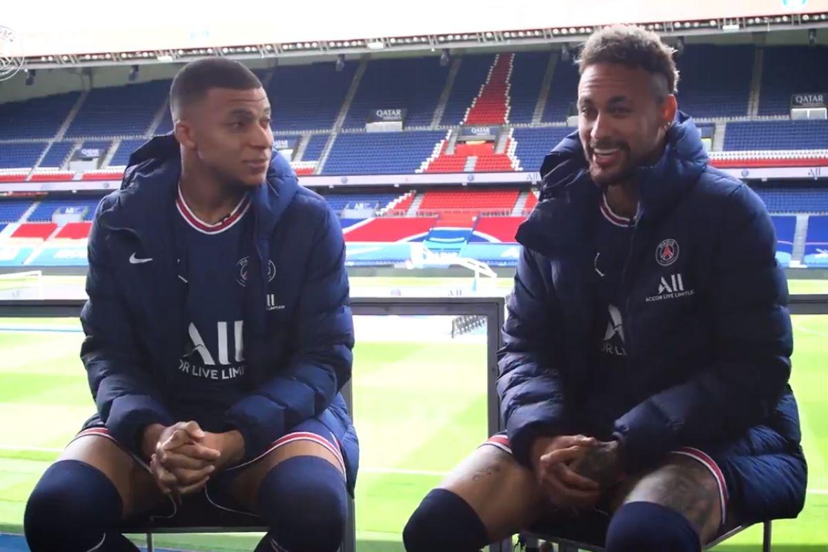 Mbappé e Neymar Jr sentados