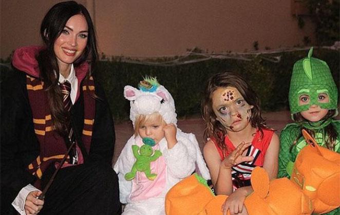 Megan Fox posa com os filhos, vestidos para o Halloween